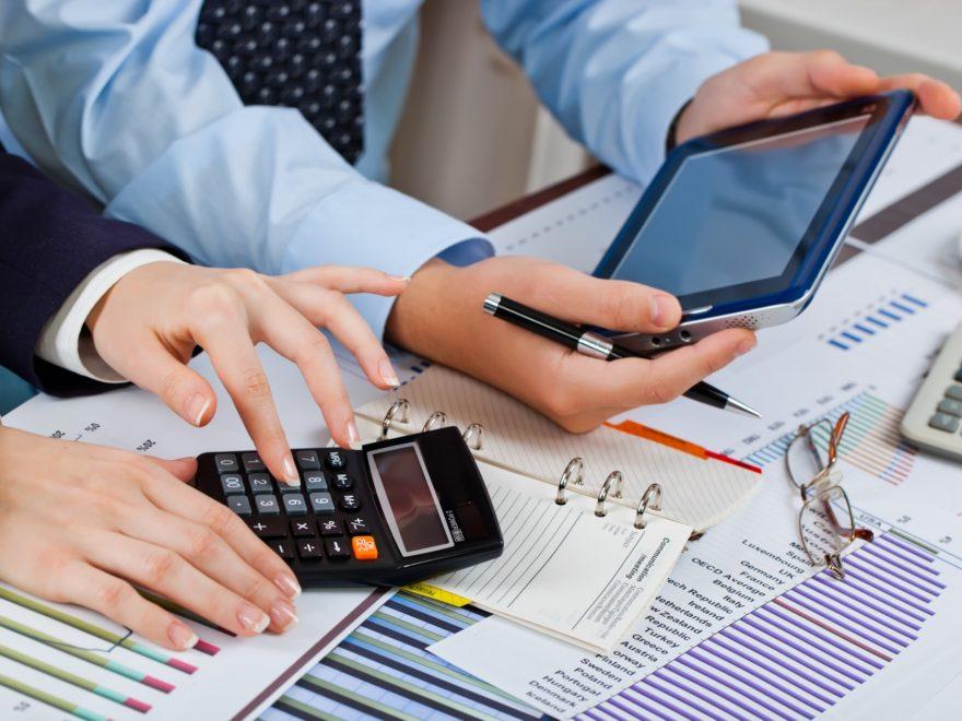 Бухгалтерские услуги или стоит нанимать бухгалтера со стороны